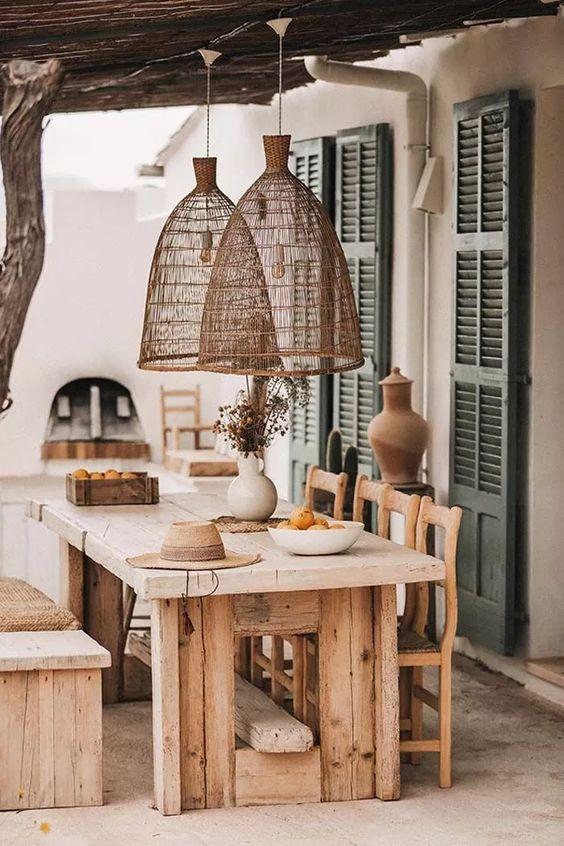 Varanda com lustre rústico de madeira