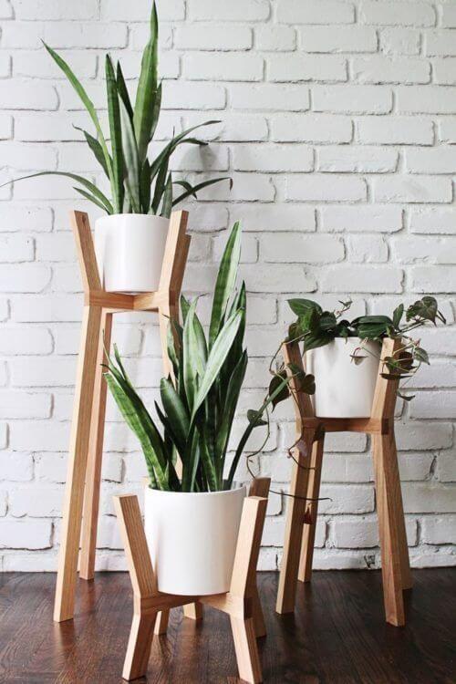 Vaso branco com pé de madeira