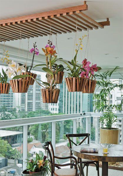 Vaso de madeira com flores suspensas