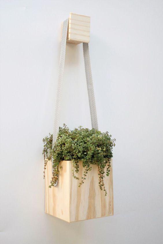 Vaso de madeira suspensa
