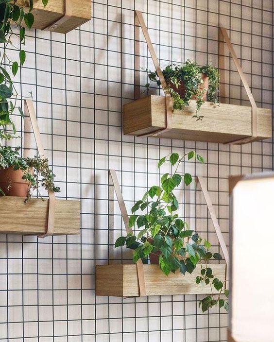 Decoração com vaso de madeira na parede