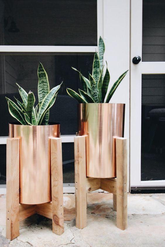 Vaso de madeira com suporte dourado