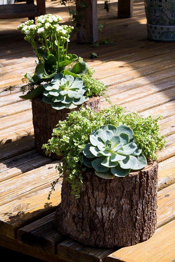 Vaso de madeira rustico na varanda de casa