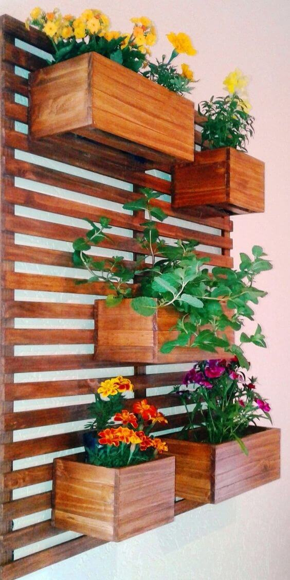 Vaso de madeira com suporte vertical