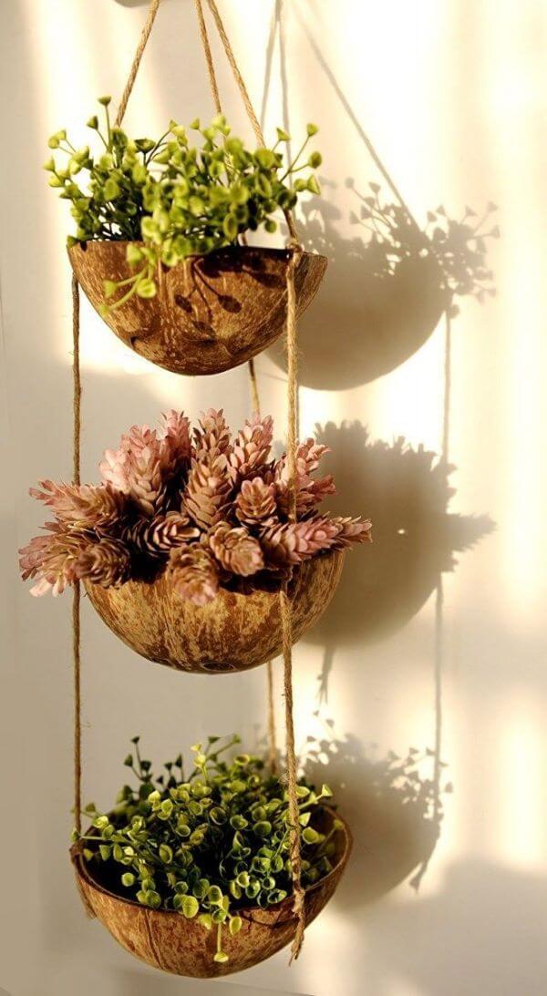 Vaso de madeira com flores