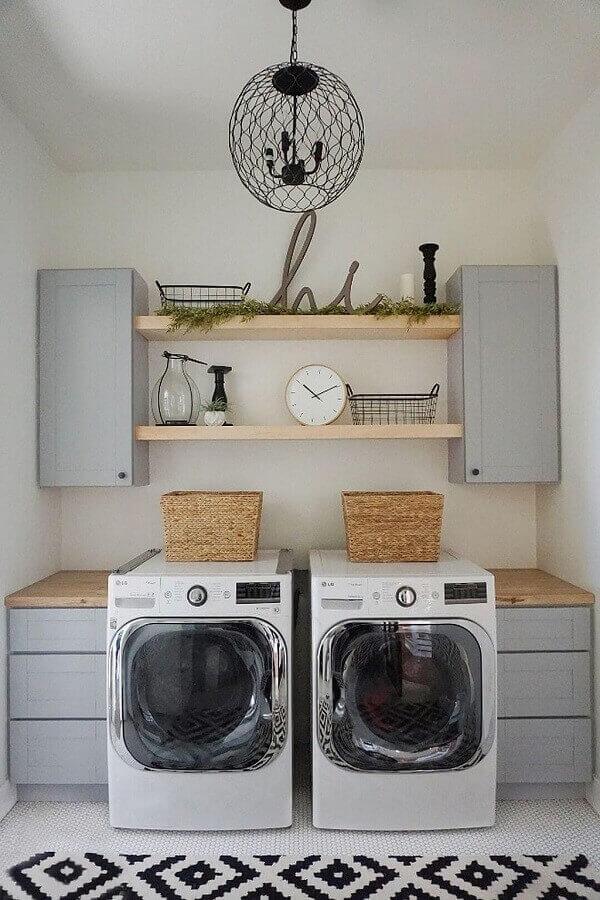 Área de serviço simples aberta decorada com armários cinza e prateleiras de madeira