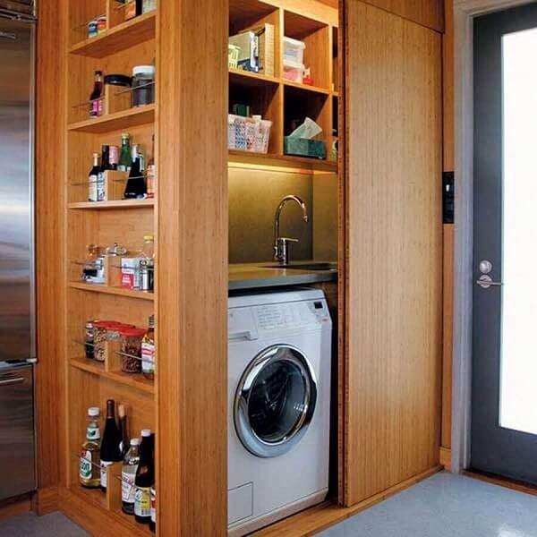 Área de serviço simples instalada dentro de armário de madeira planejado