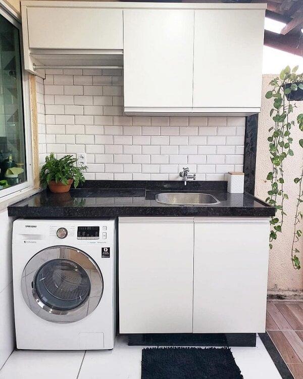 Área de serviço simples no quintal conta com azulejo metro white