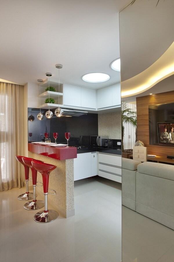 A banqueta vermelha auxilia no melhor aproveitamento dos espaços