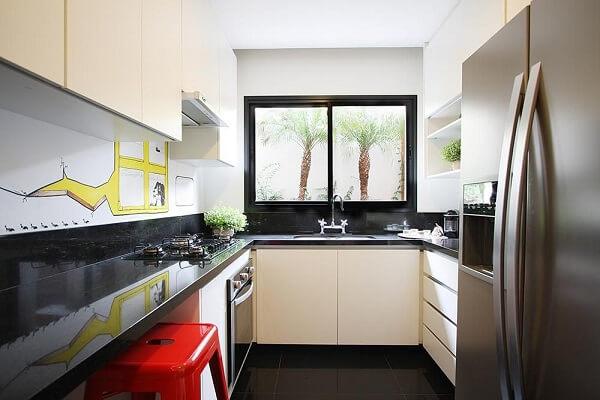 A banqueta vermelha para cozinha traz energia para a decoração