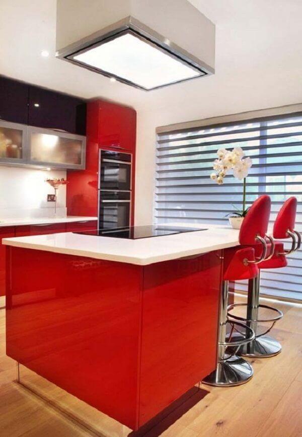 A banqueta vermelha se conecta com o restante da decoração do espaço