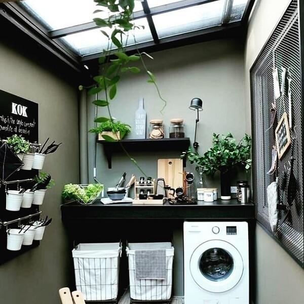 A cobertura dessa área de serviço simples permite a entrada de luz natural e favorece o cultivo de plantas