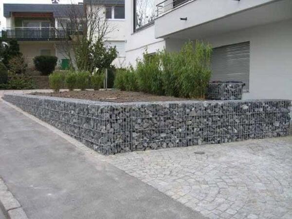 A construção do muro de arrimo de pedra deve ser feito na companhia de um profissional da área