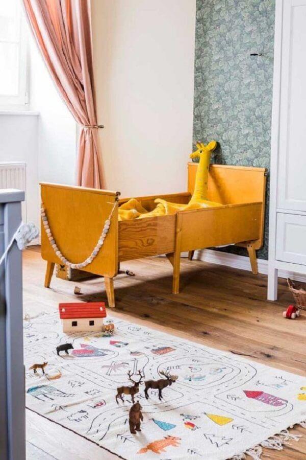 A estampa do tapete grande para quarto infantil traz ruas e casas, imitando uma cidade