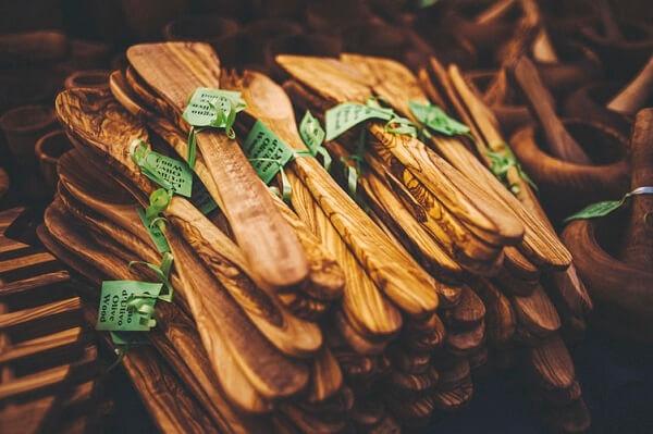 A madeira são excelentes elementos artesanais que quando usadas podem dar vida a utensílios na cozinha