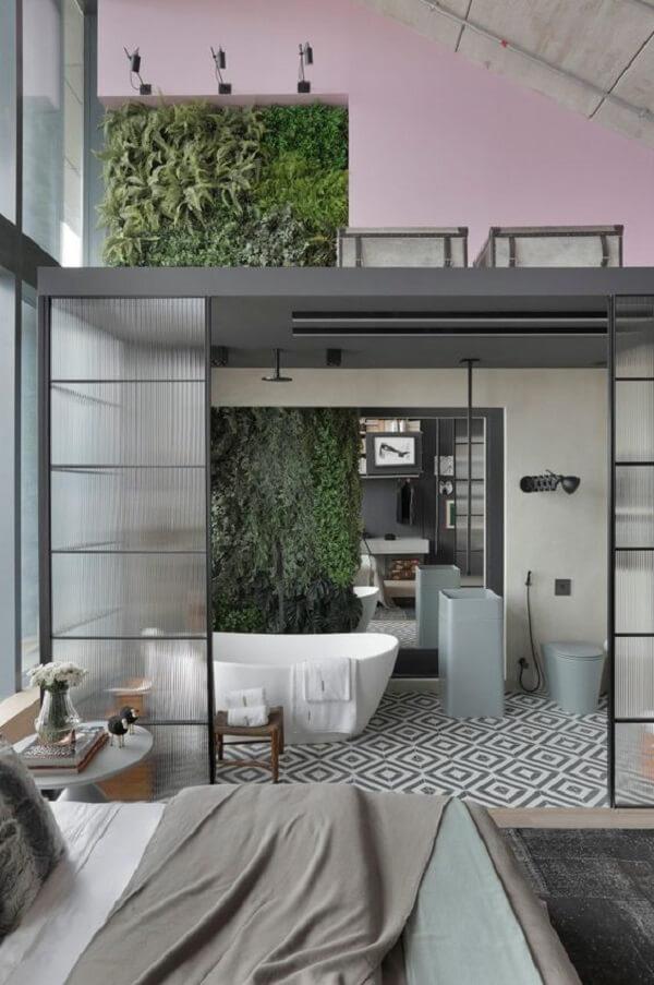 A porta de vidro canelado traz charme para a decoração do quarto com suíte e closet