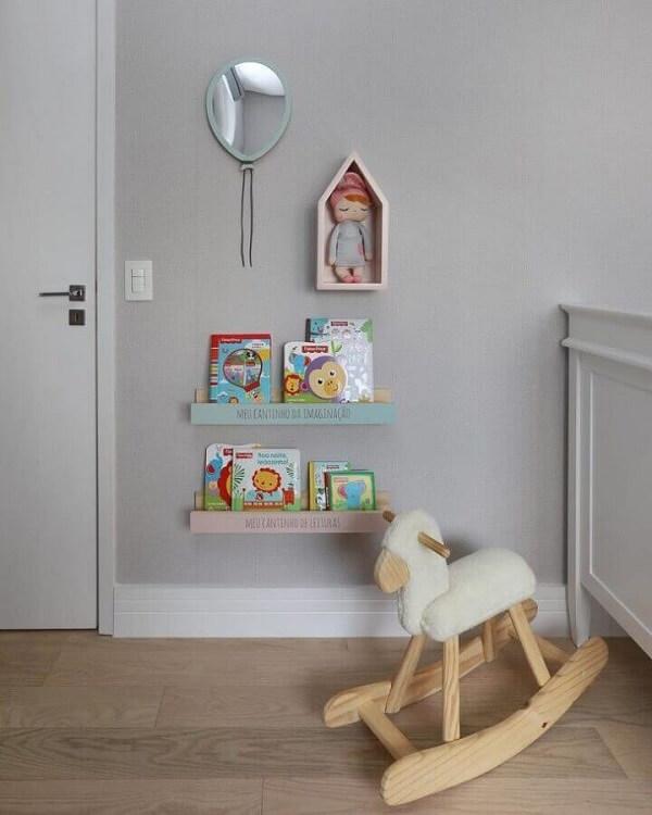 A prateleira e o nicho casinha são perfeitos para o quarto de bebê