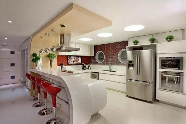 Ambiente moderno e clean com banqueta vermelha alta