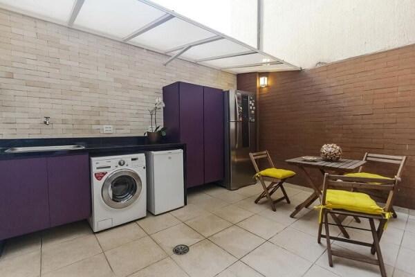 Aposte em armários coloridos e no azulejo de tijolinho na área de serviço externa simples