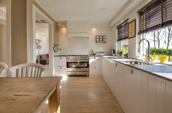 Aproveite cada centímetro da cozinha quando for decorar um apartamento com espaço reduzido