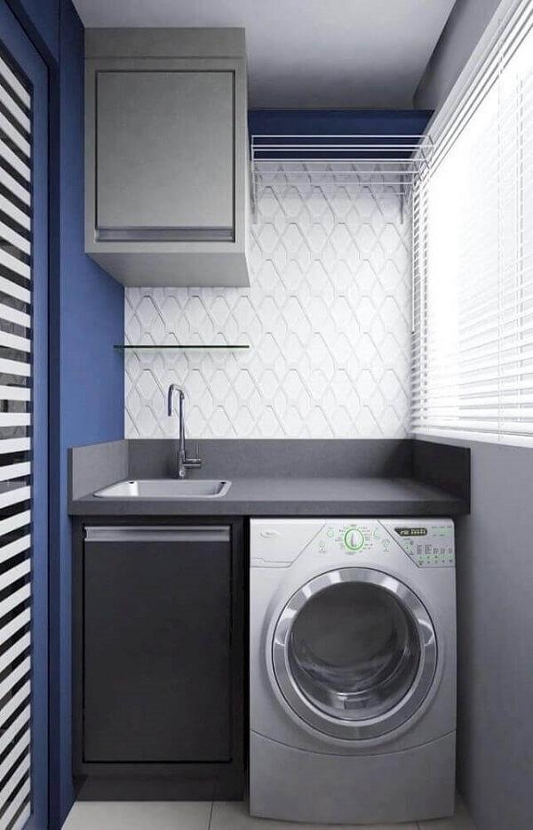 Aqui a decoração da área de serviço simples pequena ficou bem moderna graças as cores de azul e cinza