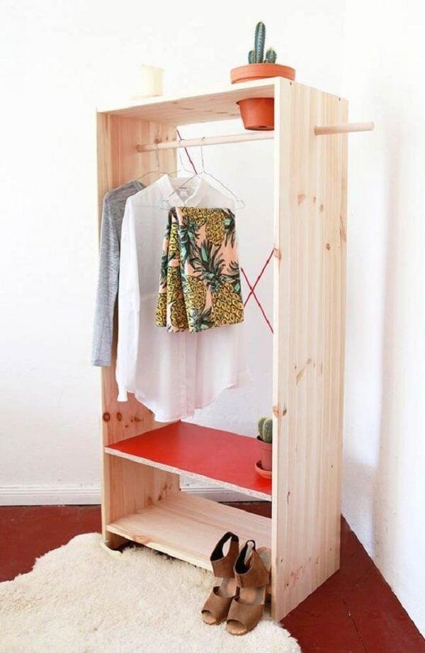 Arara cabideiro de madeira ajuda a organizar roupas, sapatos e outros objetos