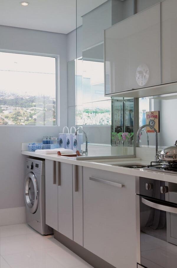 Armários com cores claras são muito utilizados em cozinha integrada com área de serviço