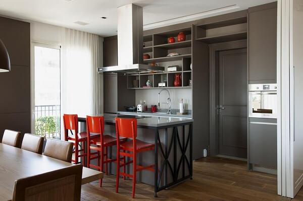 As banquetas para balcão vermelha se destacam nessa cozinha moderna