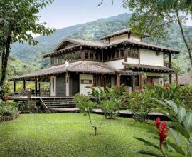 As casas de campo com varanda ao redor se conectam diretamente com a natureza do entorno