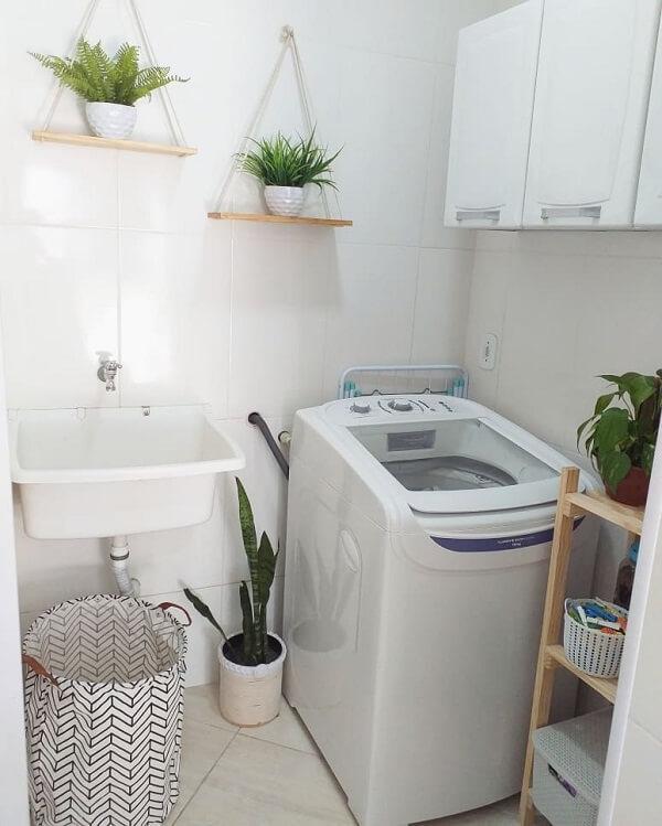 As prateleiras suspensas com vasos de plantas trazem aconchego para a decoração