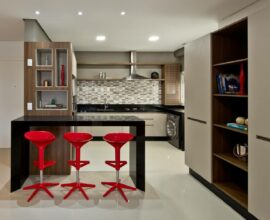 Bancada preta e banquetas vermelhas