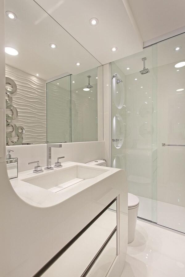 Banheiro branco e chuveiro cromado discreto