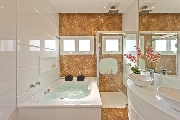 Banheiro com banheira e chuveiro cromado quadrado