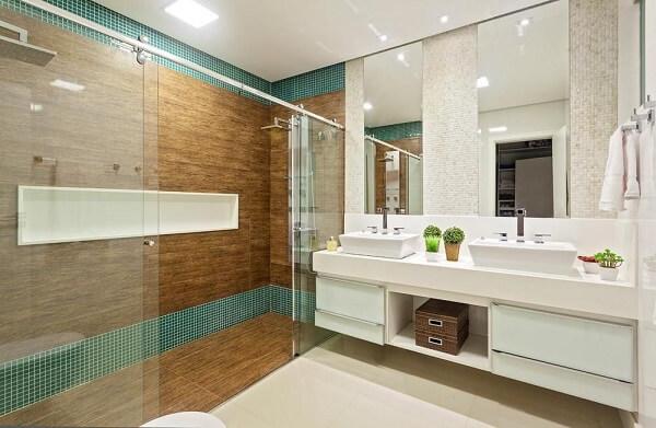 Banheiro grande com pastilha verde e chuveiro cromado quadrado