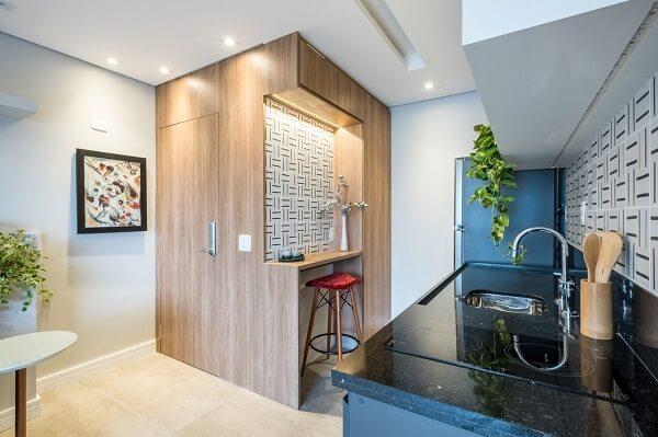 Banqueta vermelha de veludo se destaca no ambiente da cozinha