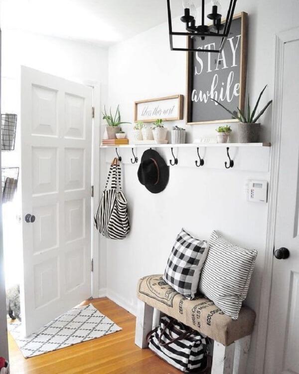 Cabideiro de madeira branco com ganchos em tom preto