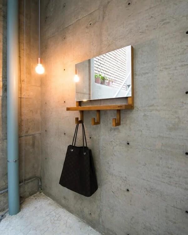 Cabideiro de madeira para bolsas com espelho