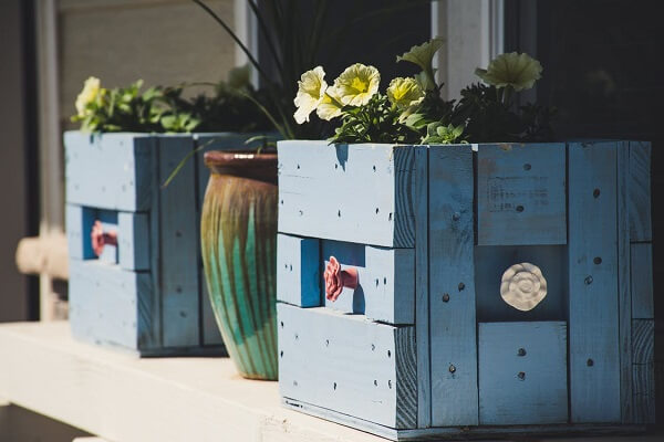 Caixotes pintados podem formar lindas floreiras