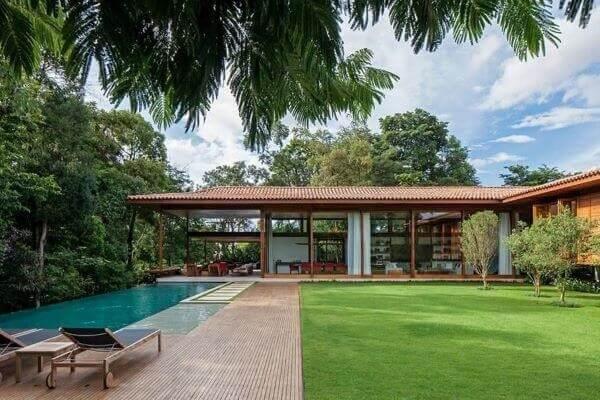 Casas de campo com varandas e piscinas retangulares