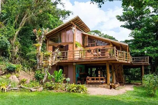 Casas de campo rústicas com varanda montadas no meio da mata são acolhedoras e relaxantes