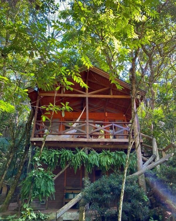 Casas de campo rústicas com varanda feita em dois andares