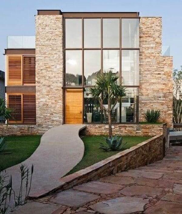 Construção de muro de pedra madeira