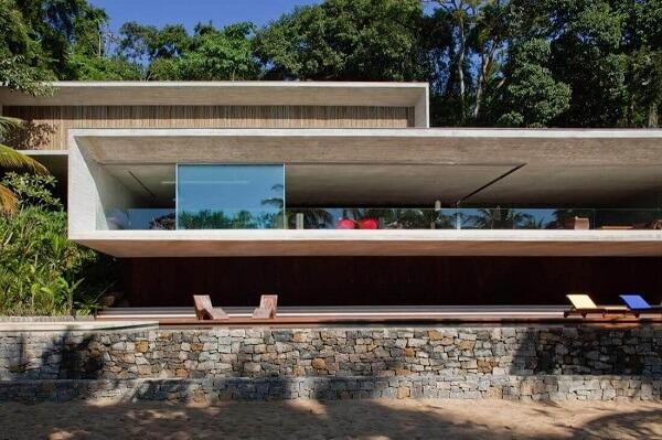 Construção espetacular com muro de pedra
