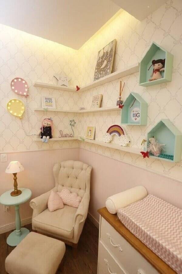 Decoração clean com nicho casinha e prateleira para quarto de bebê em tons pastéis