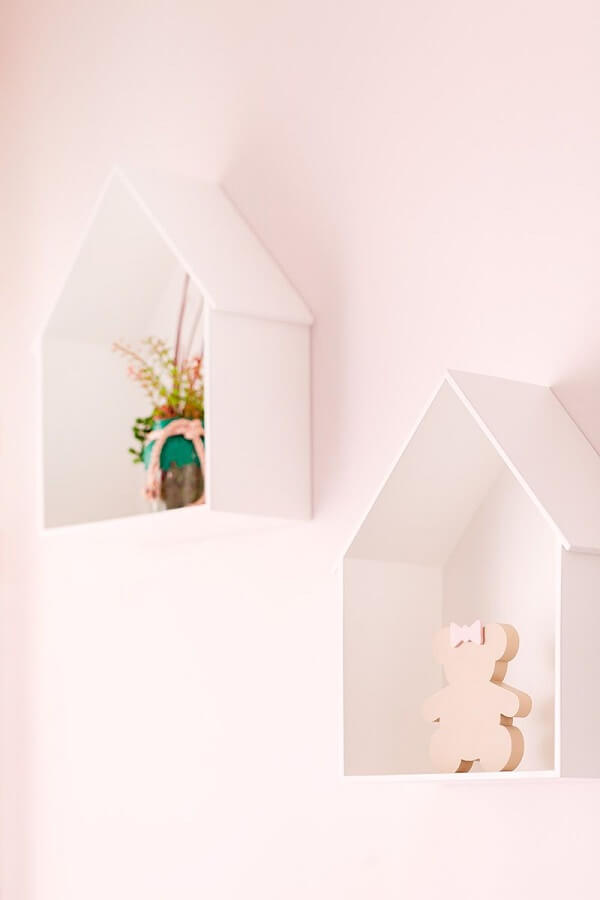 Decoração clean com nicho em formato de casinha branca