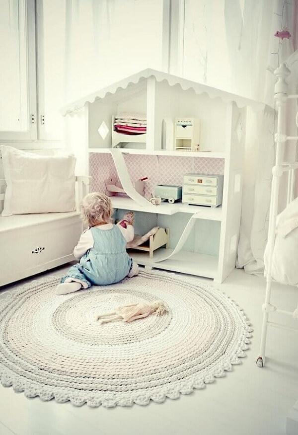 Decoração clean com tapete de crochê para quarto infantil todo branco