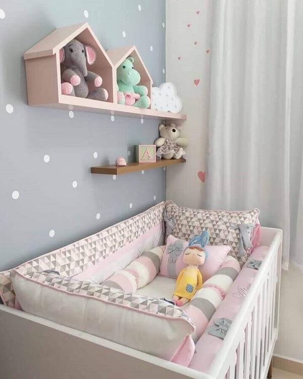 Decoração delicada com nicho casinha e prateleiras para quarto de bebê