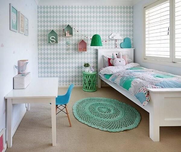 Decoração simples com tapete de crochê para quarto infantil feminino