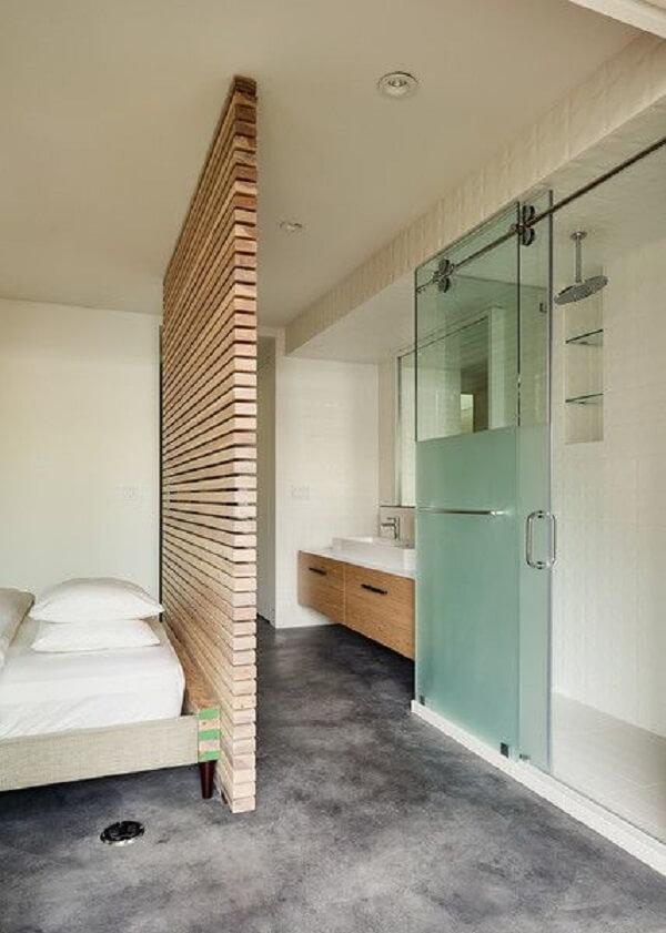 Divisória em madeira e porta de vidro para esse quarto com suíte pequeno