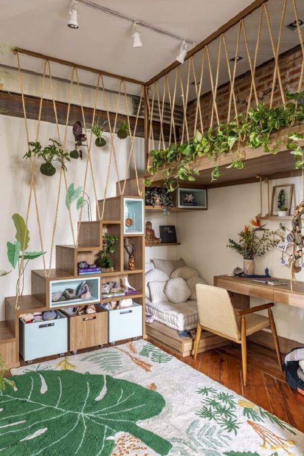 Dormitório aconchegante repleto de madeira, plantas e tapete para quarto infantil com imagem de folha